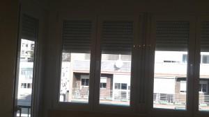 Cerramiento de terraza con persianas en blanco