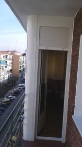 Puerta de terraza en blanco con persiana